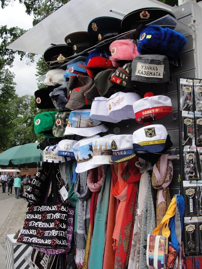 Καπέλα αναμνηστικών στις οδούς Αγίου Πετρούπολη, Ρωσία στοκ εικόνες