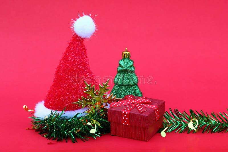 καπέλο Άγιου Βασίλη με το χριστουγεννιάτικο δέντρο και δώρο για το νέο έτος και το CH στοκ φωτογραφίες
