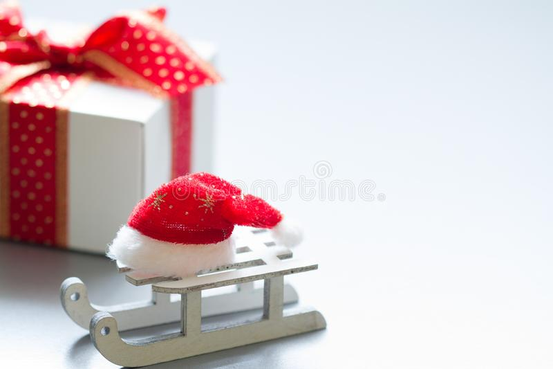 Καπέλο Άγιου Βασίλη υπόβαθρο ελκήθρων και στο αφηρημένο Χριστουγέννων δώρων στοκ εικόνες με δικαίωμα ελεύθερης χρήσης