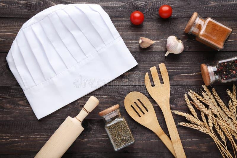 Καπέλο αρχιμαγείρων με το μαγείρεμα των εργαλείων στοκ φωτογραφίες με δικαίωμα ελεύθερης χρήσης