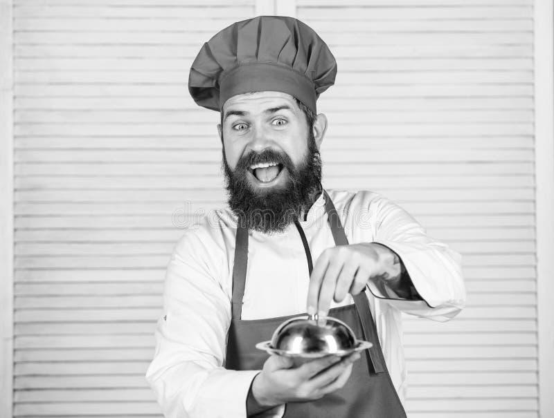 Καπέλο ατόμων και γεύμα λαβής ποδιών που καλύπτεται με το καπάκι Εικασία ποιος μαγείρεψα Αυτό που είναι κάτω από το καπάκι Εύγευσ στοκ φωτογραφία με δικαίωμα ελεύθερης χρήσης
