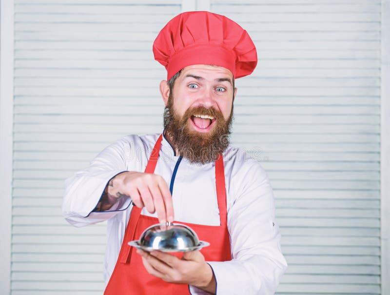 Καπέλο ατόμων και γεύμα λαβής ποδιών που καλύπτεται με το καπάκι Εικασία ποιος μαγείρεψα Αυτό που είναι κάτω από το καπάκι Εύγευσ στοκ φωτογραφίες με δικαίωμα ελεύθερης χρήσης