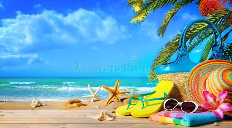 Καπέλο αχύρου και γυαλιά ηλίου στην παραλία στοκ εικόνες