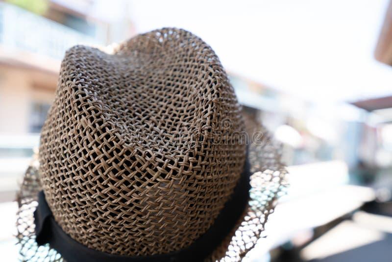 Καπέλο αχύρου στο κεφάλι Αντικείμενο για την έννοια ταξιδιού στοκ φωτογραφία με δικαίωμα ελεύθερης χρήσης