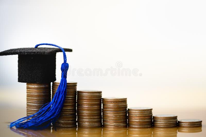Καπέλο βαθμολόγησης στα χρήματα νομισμάτων στο άσπρο υπόβαθρο στοκ εικόνες
