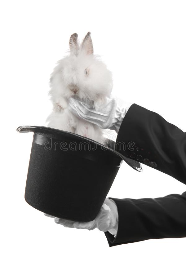 Καπέλο εκμετάλλευσης μάγων με το κουνέλι στο άσπρο υπόβαθρο στοκ φωτογραφία με δικαίωμα ελεύθερης χρήσης