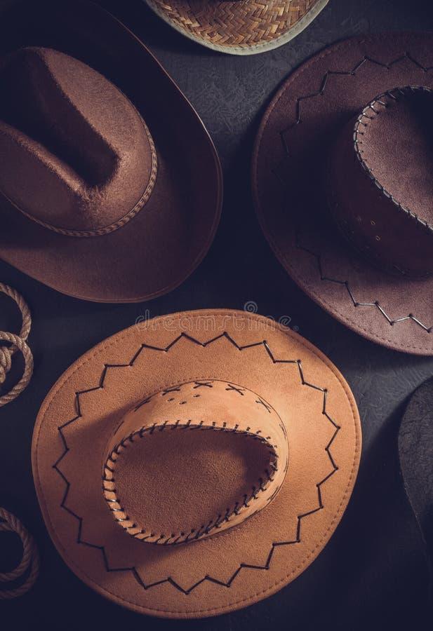 καπέλο κάουμποϋ στο επιτραπέζιο ξύλινο υπόβαθρο στοκ φωτογραφίες