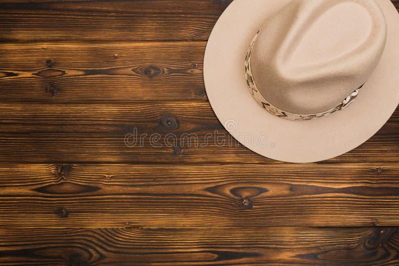 Καπέλο πιλήματος στο ξύλινο υπόβαθρο στοκ φωτογραφίες