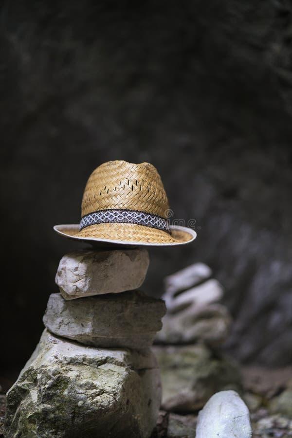 καπέλο στις πέτρες που τακτοποιούνται στους πύργους της Zen στοκ φωτογραφία με δικαίωμα ελεύθερης χρήσης