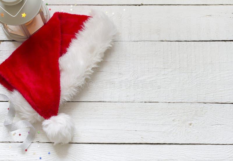 Καπέλο Άγιου Βασίλη στους λευκούς ξύλινους πίνακες στοκ φωτογραφίες με δικαίωμα ελεύθερης χρήσης