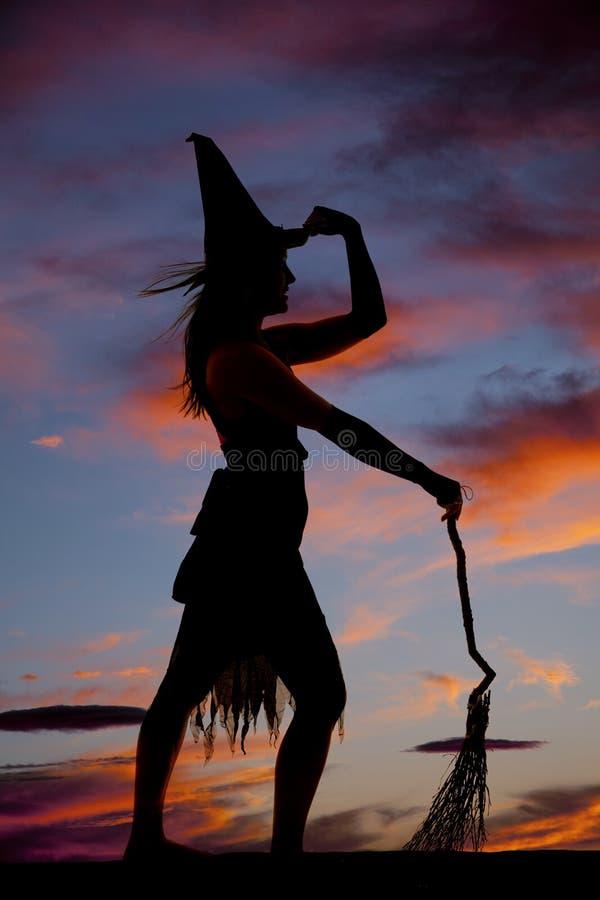 Καπέλο λαβής σκουπών μαγισσών γυναικών σκιαγραφιών στοκ εικόνες