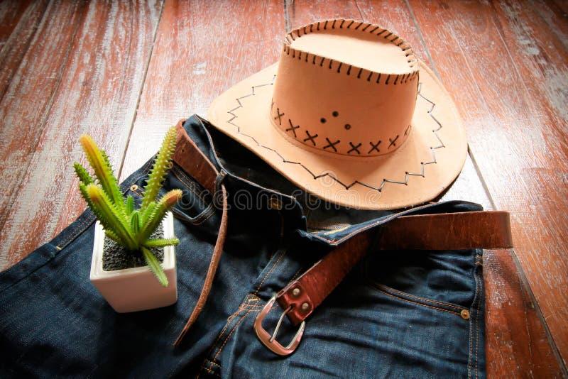 Καπέλο κάουμποϋ και τζιν και ζώνη και κάκτος στοκ φωτογραφίες