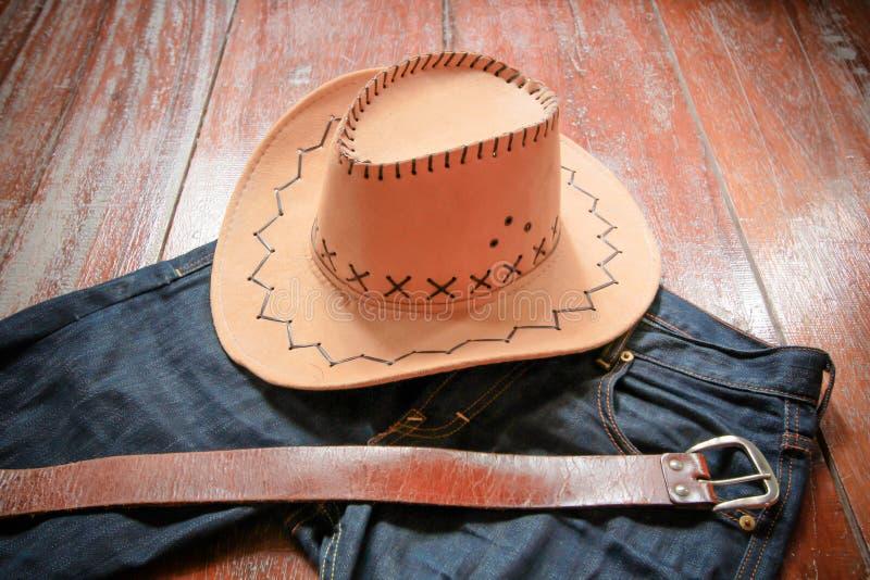 Καπέλο κάουμποϋ και τζιν και ζώνη στοκ εικόνες