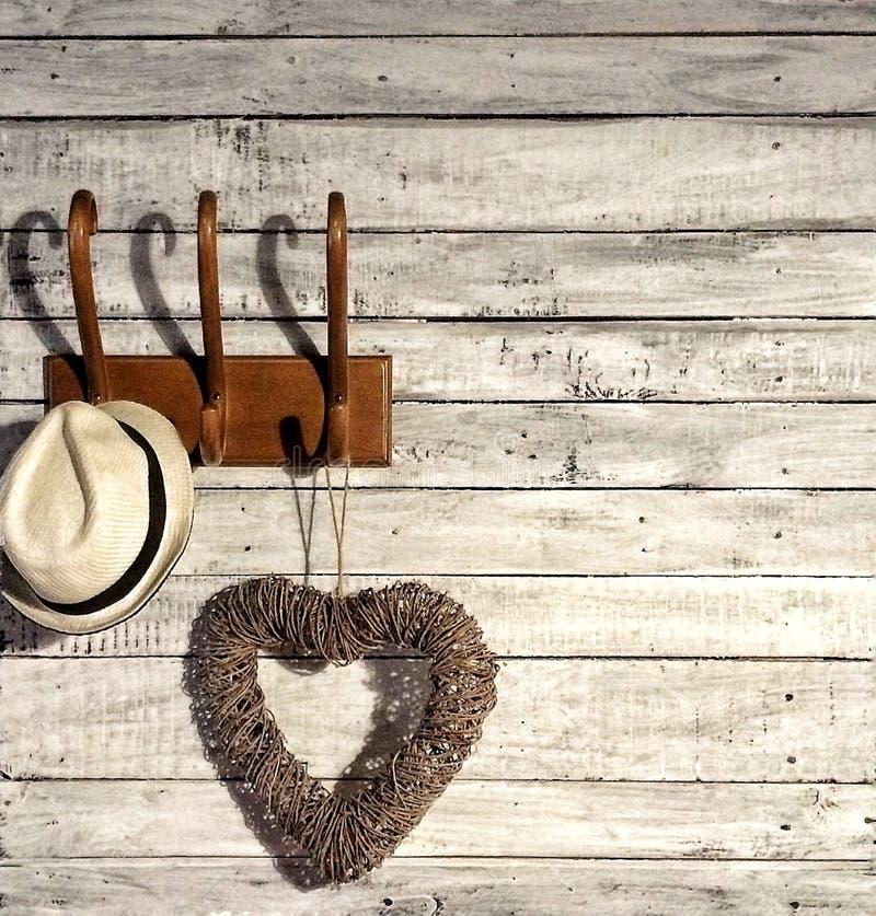 Καπέλο και καρδιά σε μια κρεμάστρα στοκ φωτογραφίες με δικαίωμα ελεύθερης χρήσης