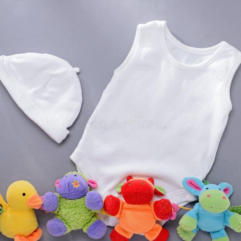 Καπέλο και πουκάμισο νηπίων με τέσσερα παιχνίδια βελούδου στοκ φωτογραφία με δικαίωμα ελεύθερης χρήσης