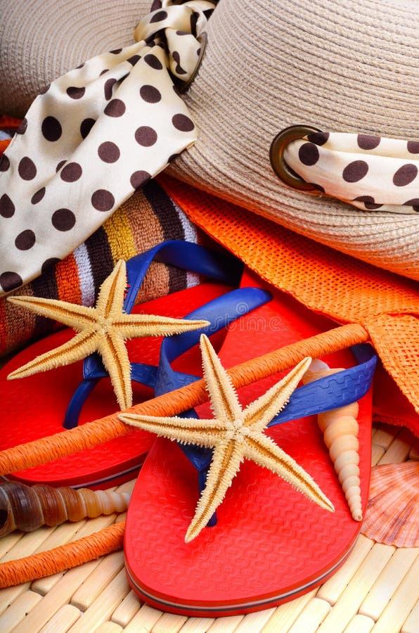 Καπέλο και τσάντα παραλιών με την πετσέτα και τον αστερία στοκ φωτογραφία