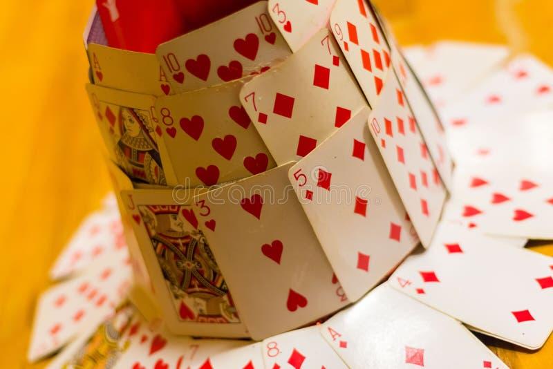 Καπέλο που γίνεται από τις κάρτες παιχνιδιού στοκ εικόνα
