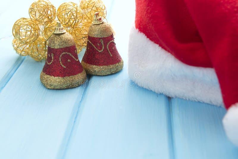 Download Καπέλο Santa με τις διακοσμήσεις Χριστουγέννων στον ξύλινο πίνακα Στοκ Εικόνες - εικόνα από πλαίσιο, ανασκόπησης: 62719630