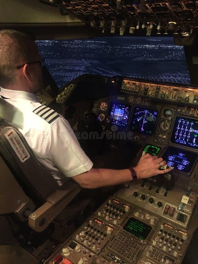 Καπετάνιος που οδηγά ένα εμπορικό αεροπλάνο στοκ φωτογραφία με δικαίωμα ελεύθερης χρήσης