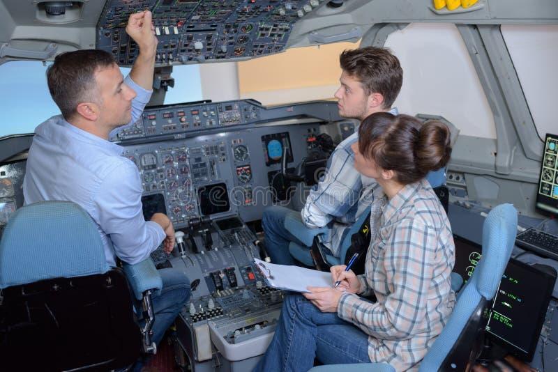 Καπετάνιος στο πιλοτήριο με τους οικότροφους στοκ φωτογραφία
