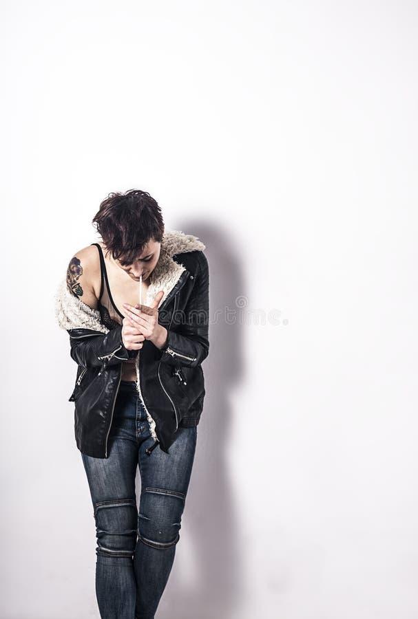 Καπνίζοντας γυναίκα με την κοντή πίσω τρίχα στοκ εικόνες με δικαίωμα ελεύθερης χρήσης