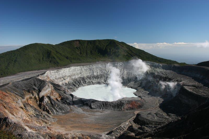 καπνίζοντας ηφαίστειο στοκ φωτογραφία με δικαίωμα ελεύθερης χρήσης