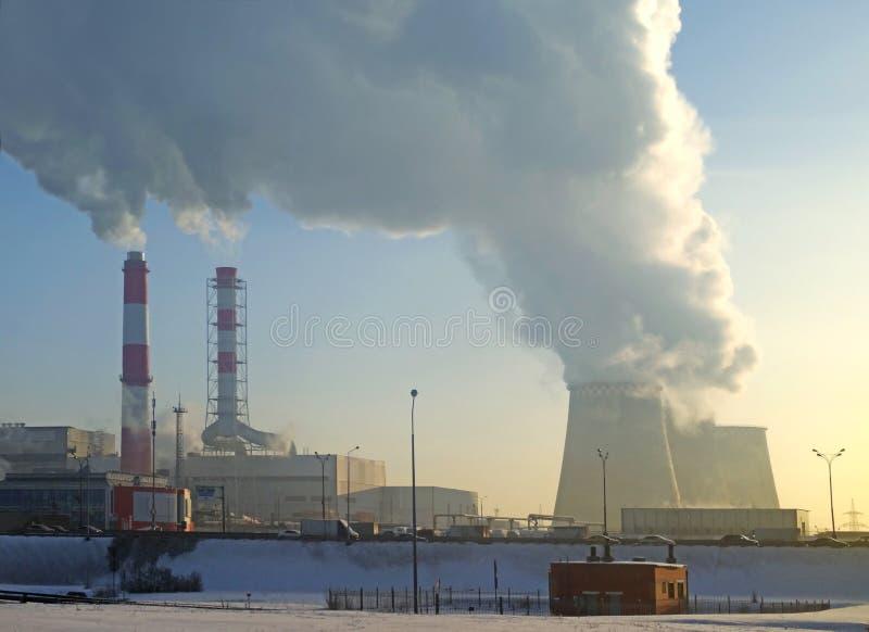 Καπνίζοντας καπνοδόχοι του θερμικού σταθμού παραγωγής ηλεκτρικού ρεύματος στοκ εικόνες