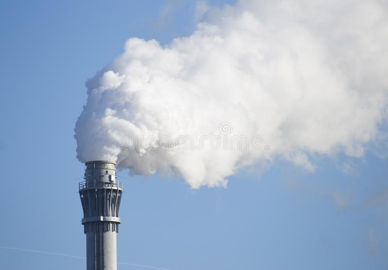 Καπνίζοντας καπνοδόχος που παράγει τα αέρια θερμοκηπίων στοκ φωτογραφίες