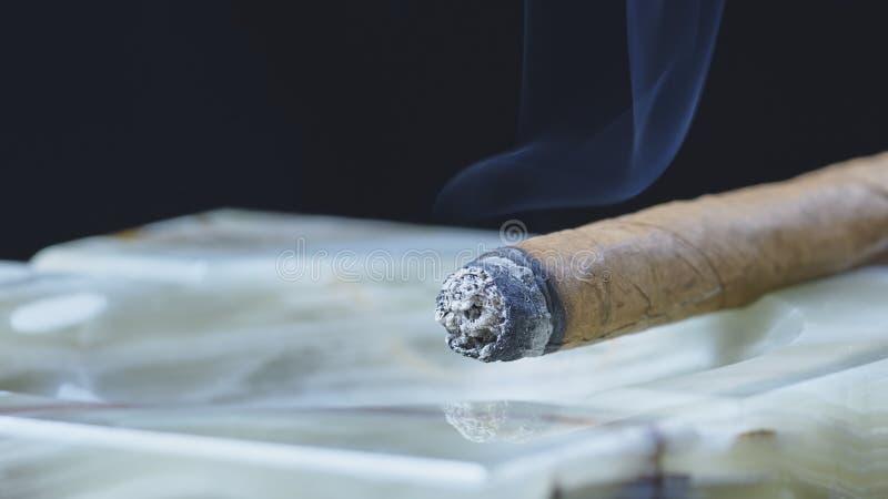 Καπνίζοντας κουβανικό πούρο πράσινο μαρμάρινο ashtray στοκ φωτογραφία με δικαίωμα ελεύθερης χρήσης