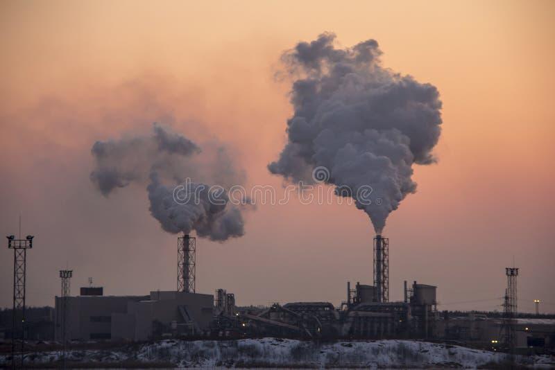 Καπνίζοντας σωρός καπνοδόχων στην ανατολή Θέμα ατμοσφαιρικής ρύπανσης και κλιματικής αλλαγής στοκ φωτογραφία
