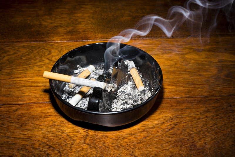 Καπνίζοντας τσιγάρο ashtray στοκ φωτογραφία με δικαίωμα ελεύθερης χρήσης