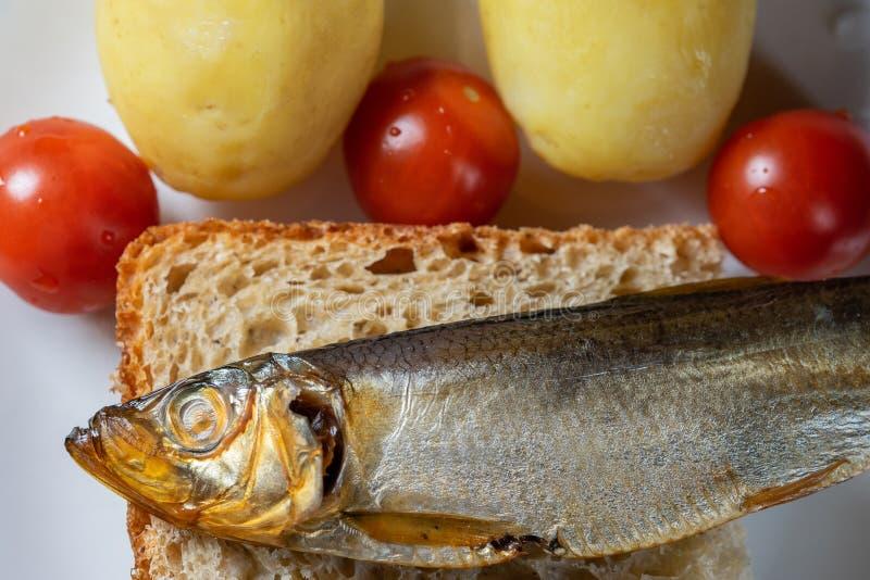 Καπνισμένα ψάρια κλυπεών στο άσπρο πιάτο σπίτι-ύφους ψωμιού στοκ φωτογραφίες με δικαίωμα ελεύθερης χρήσης
