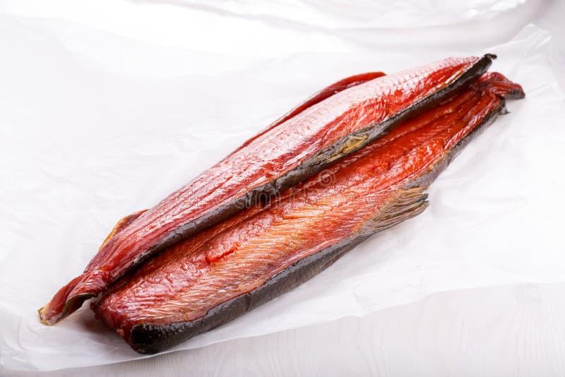 Καπνισμένα ψάρια Κόκκινες λωρίδες σολομών στοκ εικόνα με δικαίωμα ελεύθερης χρήσης