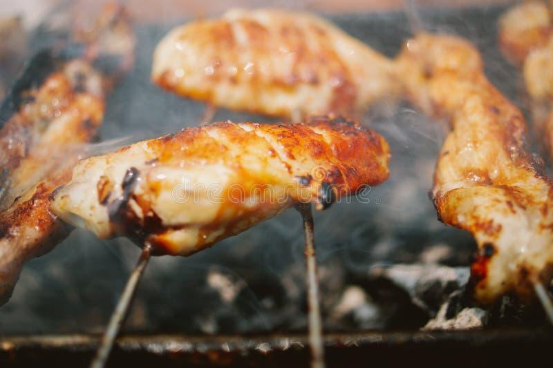 Καπνισμένα BBQ φτερά κοτόπουλου κοντά επάνω στοκ εικόνα