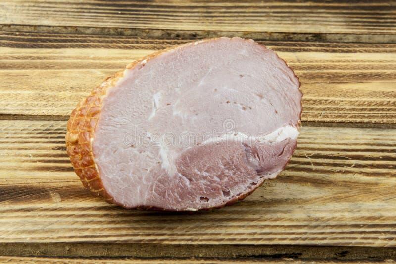 Καπνισμένο ανόστεο hock ζαμπόν χοιρινού κρέατος που τυλίγεται στην αλιεία με δίχτυα στοκ εικόνες