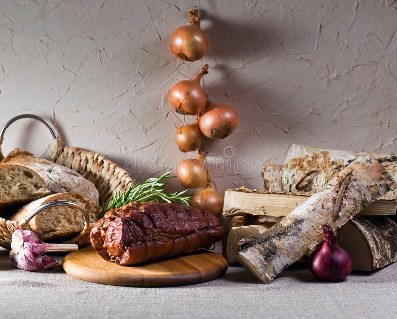 Καπνισμένο κρέας με το δεντρολίβανο στοκ εικόνα με δικαίωμα ελεύθερης χρήσης