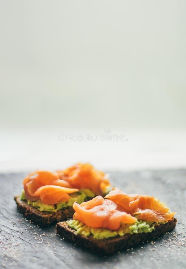 καπνισμένο σάντουιτς σολομών - υγιή πρόχειρα φαγητά και σπιτική ορισμένη τρόφιμα έννοια στοκ εικόνα