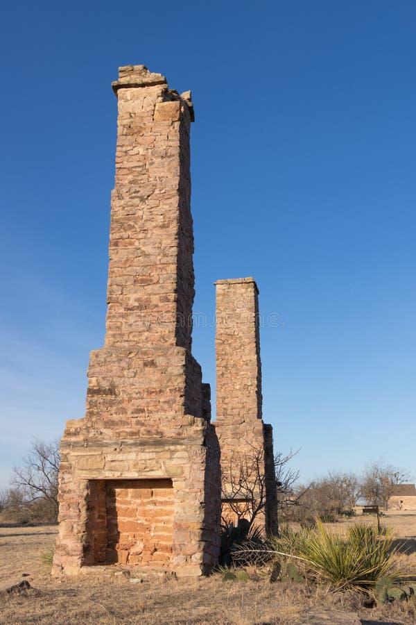 Καπνοδόχοι από ένα εγκαταλειμμένο οχυρό στοκ εικόνα