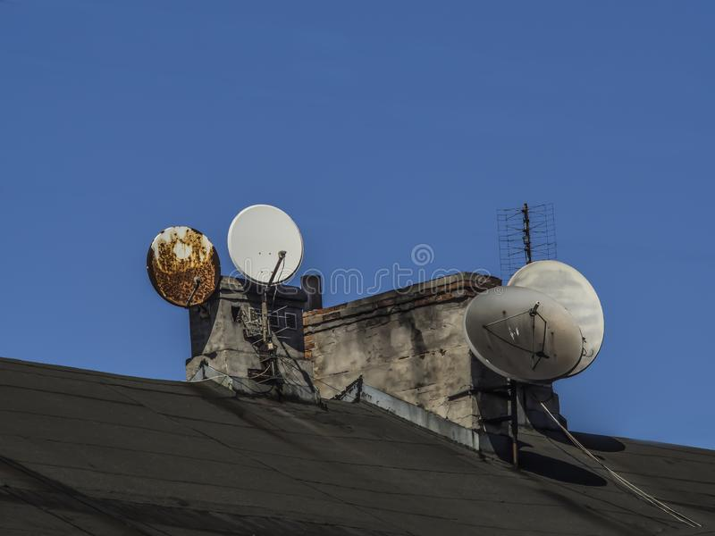 Καπνοδόχοι και κεραίες TV στο παλαιό κτήριο στοκ φωτογραφίες με δικαίωμα ελεύθερης χρήσης