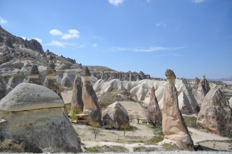 Καπνοδόχοι νεράιδων Cappadocia στο φαράγγι κοντά στο χωριό Cavusin, ΝΕ στοκ εικόνες