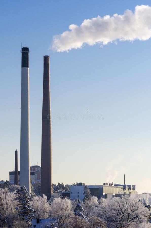 Καπνοδόχοι σε έναν θερμικό σταθμό παραγωγής ηλεκτρικού ρεύματος wintertime στοκ εικόνες