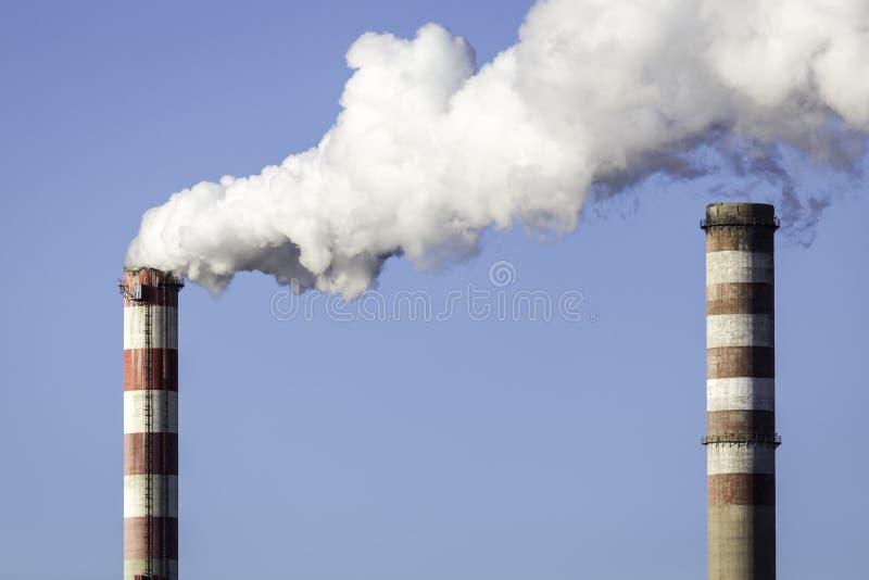 Καπνοδόχοι του συνδυασμένου σταθμού θερμότητας και παραγωγής ηλεκτρικού ρεύματος στοκ εικόνα