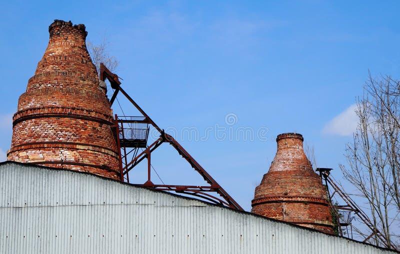Καπνοδόχοι τούβλου ενός παλαιού εγκαταλειμμένου βιομηχανικού φούρνου στις καταστροφές στοκ εικόνες με δικαίωμα ελεύθερης χρήσης