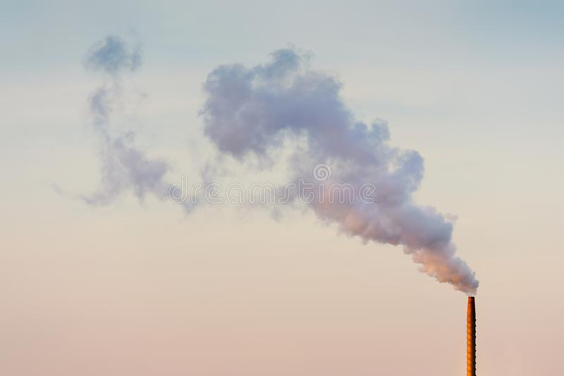 Καπνοδόχος που απελευθερώνει τον καπνό και τη ρύπανση στοκ φωτογραφία με δικαίωμα ελεύθερης χρήσης