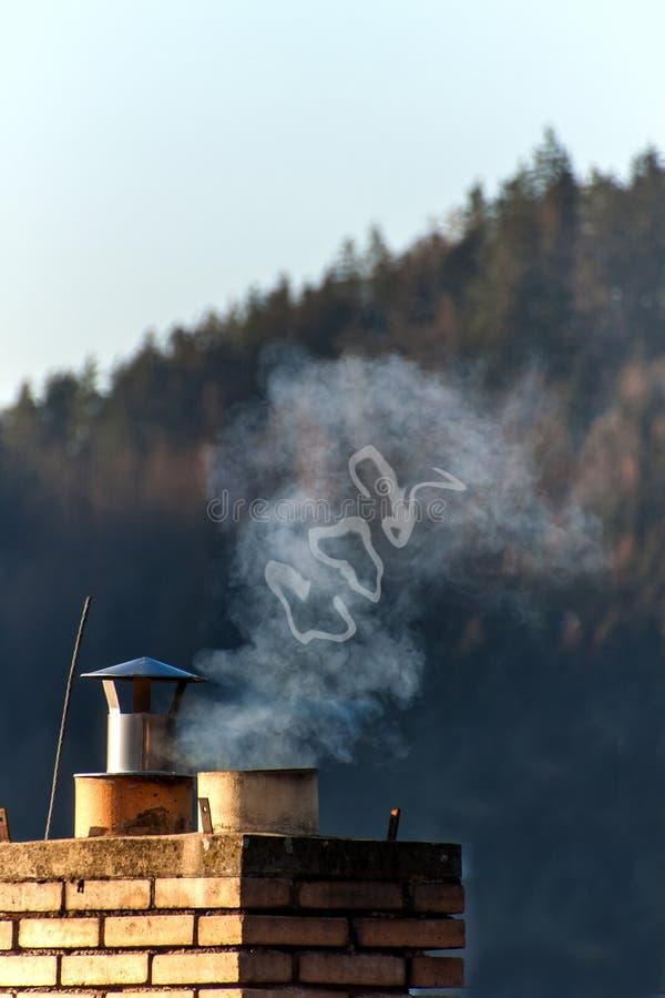 Καπνοδόχος σε ένα οικογενειακό σπίτι Παραγωγή του CO2 μπλε ρύπανση εργοστασίων ανασκόπησης αέρα παγκόσμια αύξηση της θερμοκρασίας στοκ φωτογραφίες με δικαίωμα ελεύθερης χρήσης