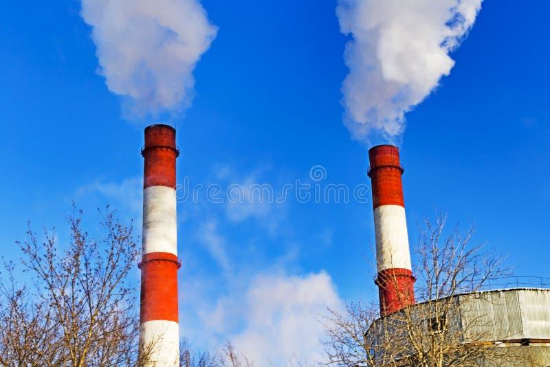 Καπνοδόχοι με την παραγωγή ατμού ενός θερμικού σταθμού παραγωγής ηλεκτρικού ρεύματος στοκ εικόνα