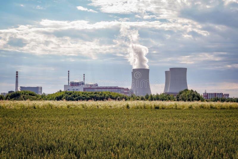 Καπνοδόχοι σταθμών πυρηνικής ενέργειας στοκ εικόνα