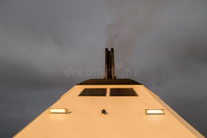 Καπνοδόχος ενός επιβατηγού πλοίου στοκ φωτογραφίες