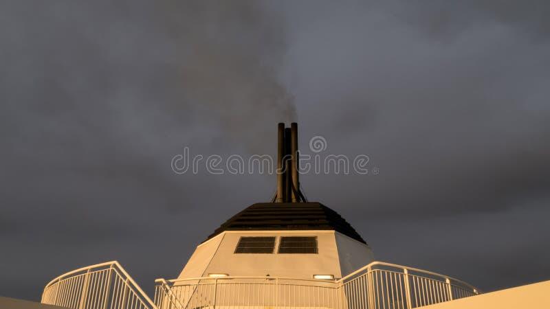 Καπνοδόχος ενός επιβατηγού πλοίου στοκ εικόνες