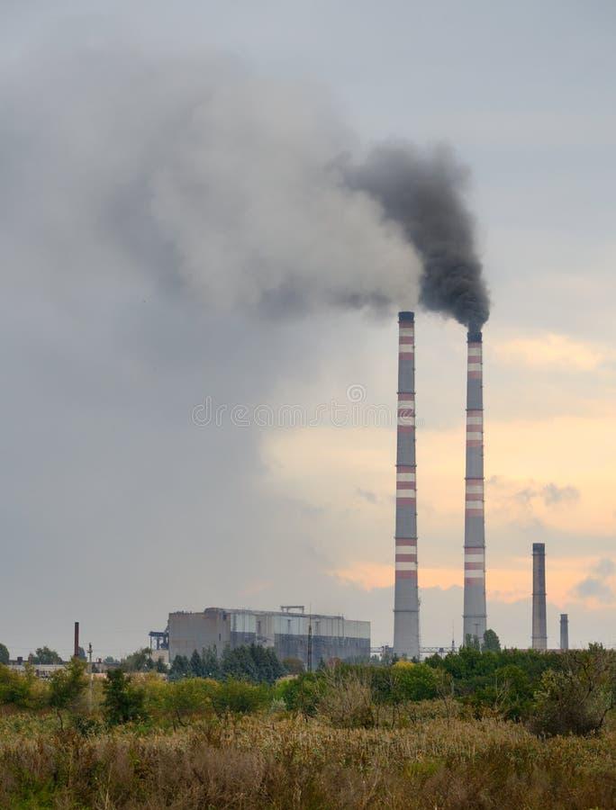 Καπνοδόχος στην κατακόρυφο ηλιοβασιλέματος στοκ εικόνα με δικαίωμα ελεύθερης χρήσης